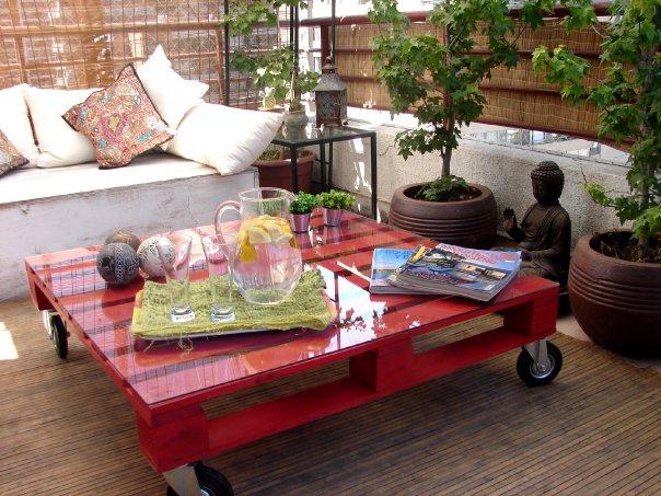 mesa de centro de pallet vermelha com tampo de vidro